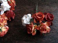 Къдрави рози от хартия, 37,5 мм, червени и бели.