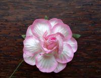 Къдрава роза от мълбери хартия, 50мм, бяла с розови оттенъци по листенцата