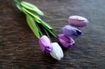 Микс от лилаво-бели лалета от мълбери хартия
