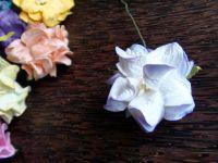 Гардения от хартия, 40 мм, лилаво-бяла.